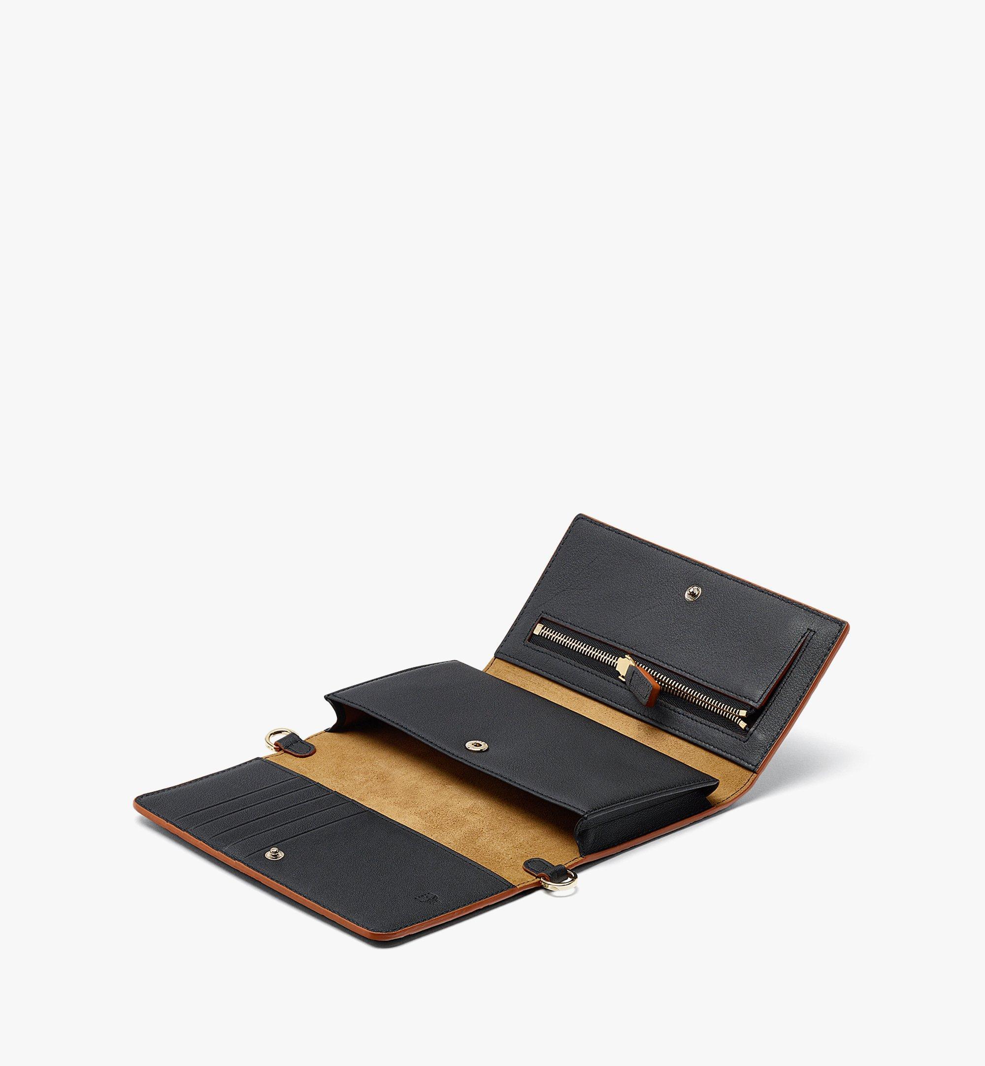 MCM Klara Multifunktionale Brieftasche aus Leder mit Monogramm und Kettenriemen Black MXEBAKM01BK001 Noch mehr sehen 1